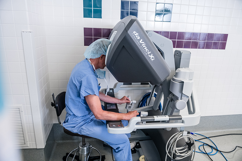 North Memorial Health surgeon operating Davinci Xi